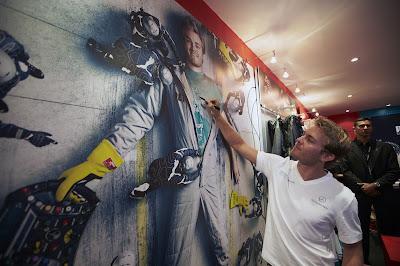 Нико Росберг оставляет автограф на Гран-при Сингапура 2012