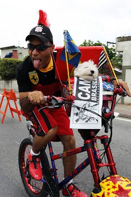болельщик Ferrari с собачкой на велосипеде на Гран-при Бразилии 2011