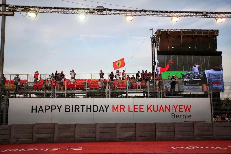 Берни Экклстоун поздравляет первого премьер-министра Сингапура Ли Куана Ю с 90-летием - баннер на Гран-при Сингапура 2013
