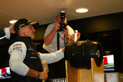 Михаэль Шумахер открывает вечеринку в свою честь на Гран-при Бельгии 2011 в Спа