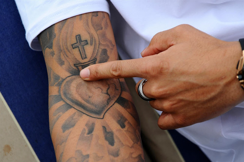 татуировка Льюиса Хэмилтона на правой руке на Гран-при Австралии 2013