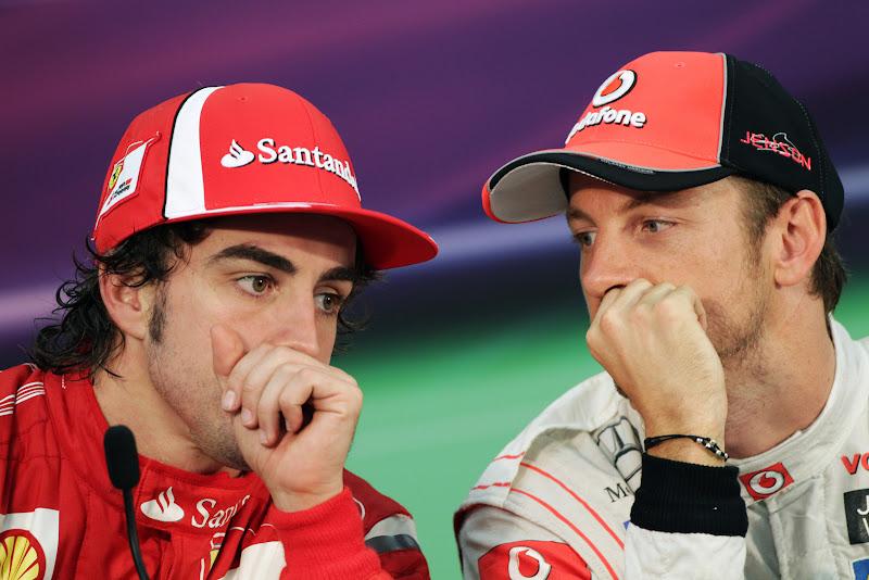 Фернандо Алонсо и Дженсон Баттон шепчутся на пресс-конференции после гонки на Гран-при Японии 2011