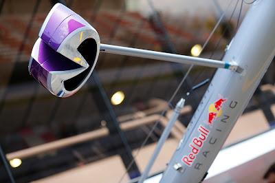 светофор Infiniti на пит-стопе Red Bull на предсезонных тестах в Барселоне - февраль 2013