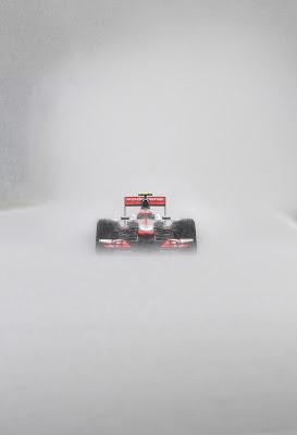 McLaren Дженсона Баттона в дождевых условиях во время третей сессии свободных заездов на Гран-при Бельгии 2011