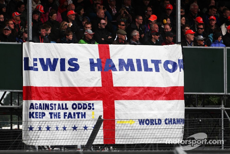 болельщики Льюиса Хэмилтона на трибунах Сильверстоуна на Гран-при Великобритании 2012 - Against all odds keep the faith