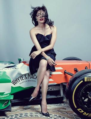 Читрангадой Сингх и болид Force India в журнале Hi!Blitz