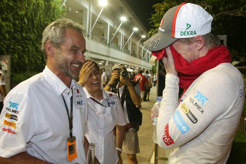 Нико Хюлькенберг фэйспалмит с тим-мереджером и Монишей на Гран-при Сингапура 2013