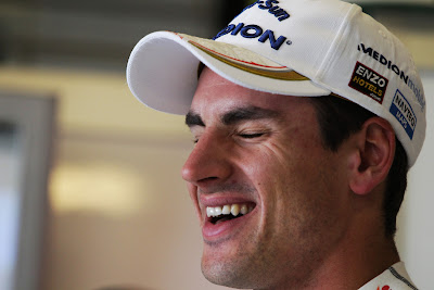 улыбающийся Адриан Сутиль на Гран-при Абу-Даби 2011
