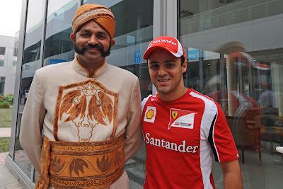 Фелипе Масса с колоритным индусом на Гран-при Индии 2011