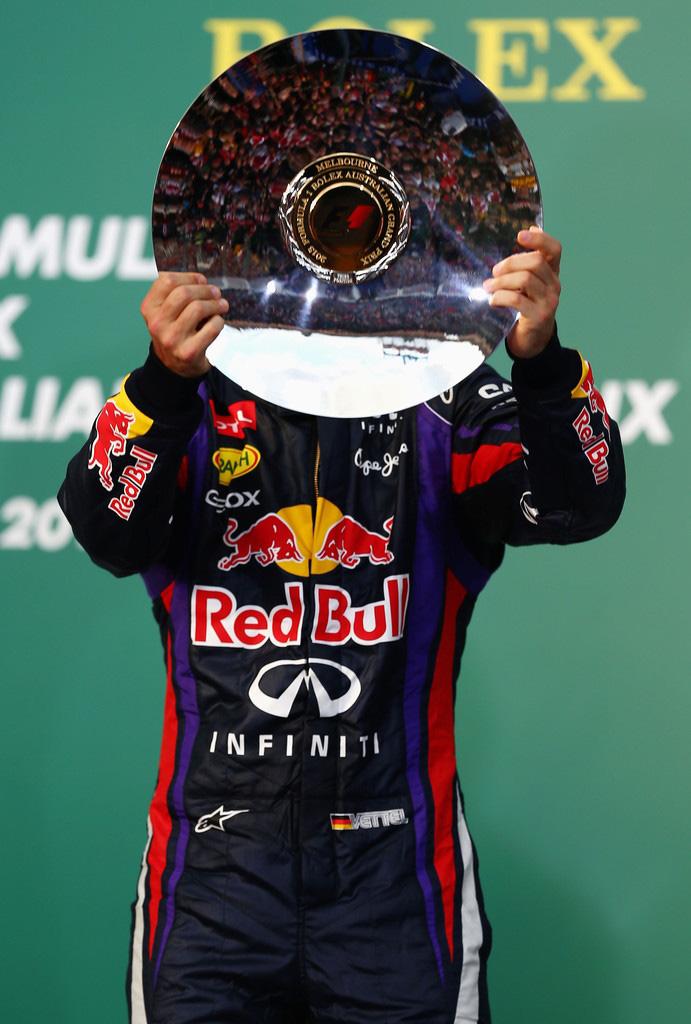 Себастьян Феттель и его трофей на подиуме Гран-при Австралии 2013