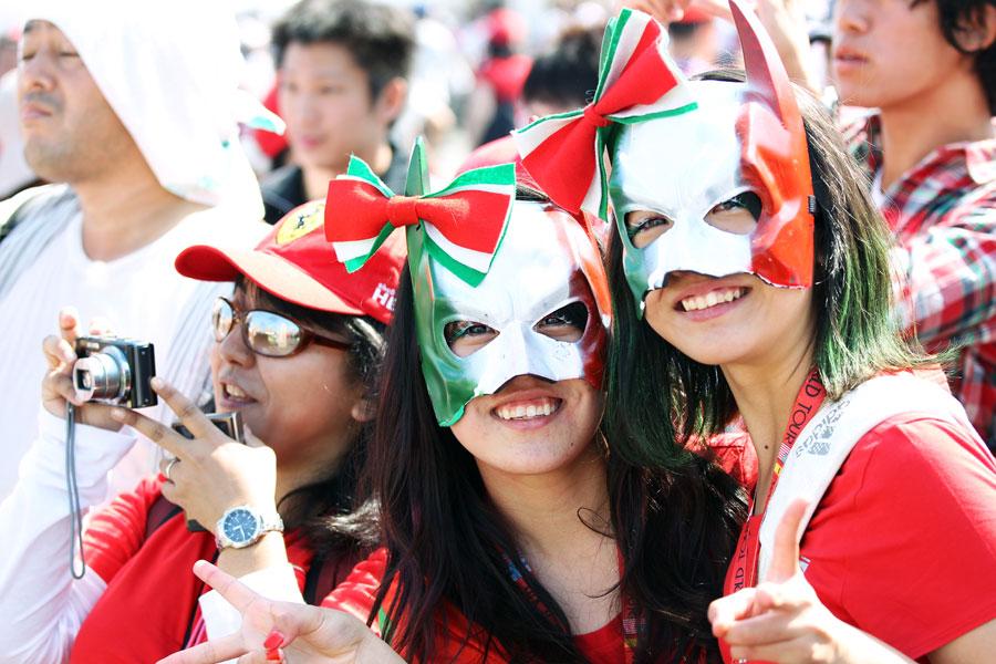 болельщицы Ferrari в маскарадных масках на Гран-при Японии 2011