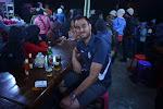 zaspani turyści pija kawe, zdenerwowani turyści pija piwo