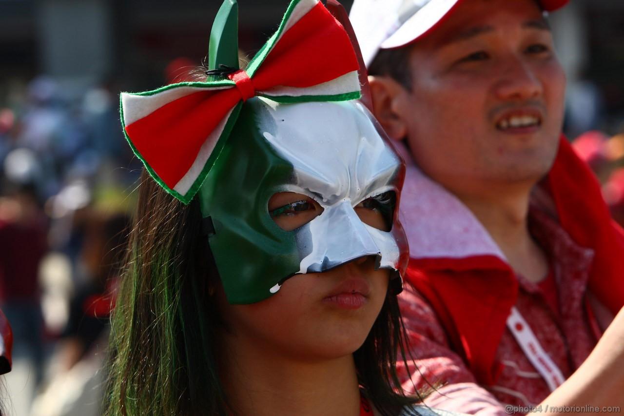 болельщица Ferrari в маскарадной маске цвет итальянского флага на Гран-при Японии 2011