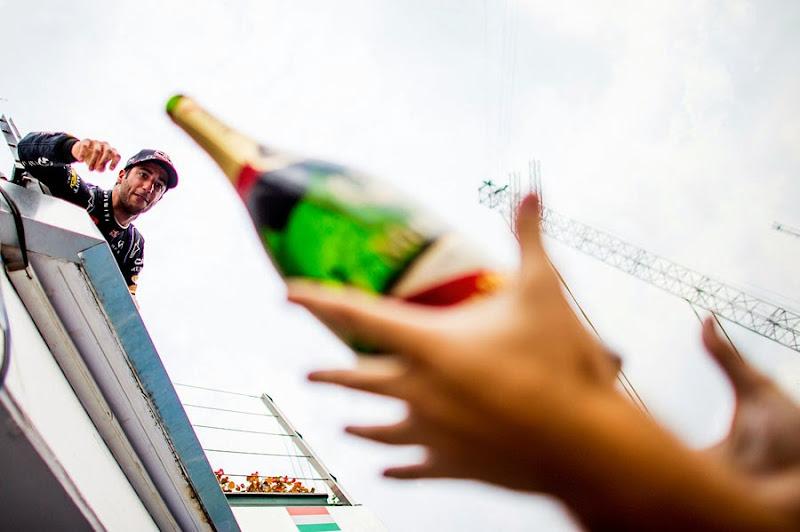 Даниэль Риккардо бросает шампанское механикам под подиумом Гран-при Венгрии 2014