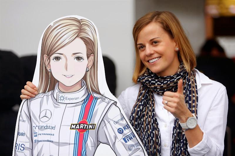 Сьюзи Вольфф фотографируется с анимешной фигурой на Гран-при Японии 2014