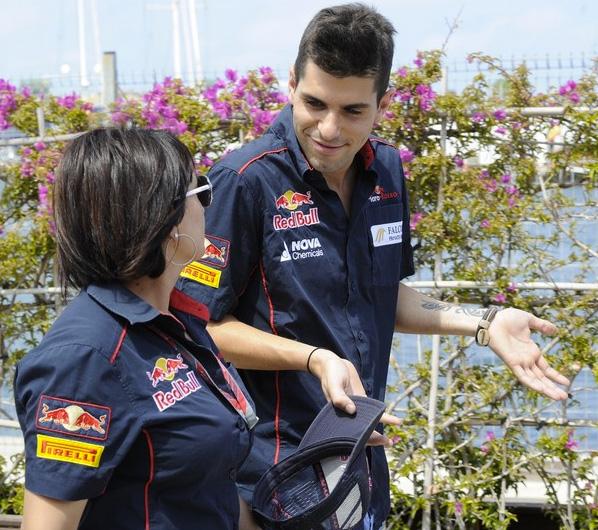 Хайме Альгерсуари с сотрудником команды на Гран-при Европы 2011 в Валенсии