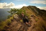 nasz przyjaciel, przewodnik i zwierzak w jednym. warto zwrócić uwagę na ścieżkę biegnącą szczytem krateru i parę wydobywająca się spod ziemi