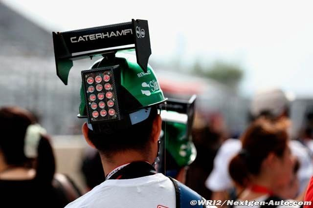 болельщик в кепке-болиде Caterham на Гран-при Японии 2014