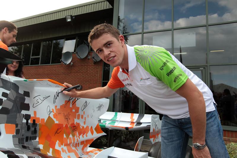 Пол ди Реста ставит автограф на болиде Force India