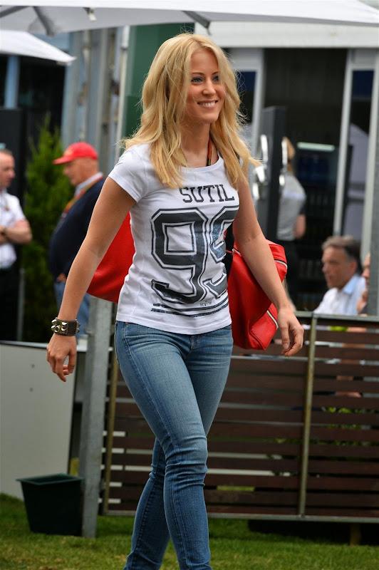Дженнифер Бекс в футболке Sutil 99 на Гран-при Австралии 2014