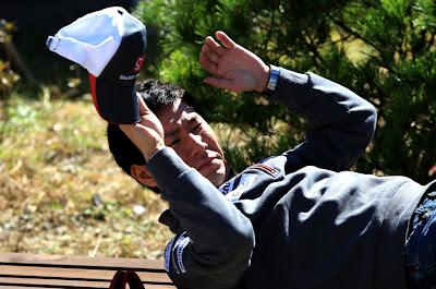 Камуи Кобаяши спит на скамейке на Гран-при Кореи 2012