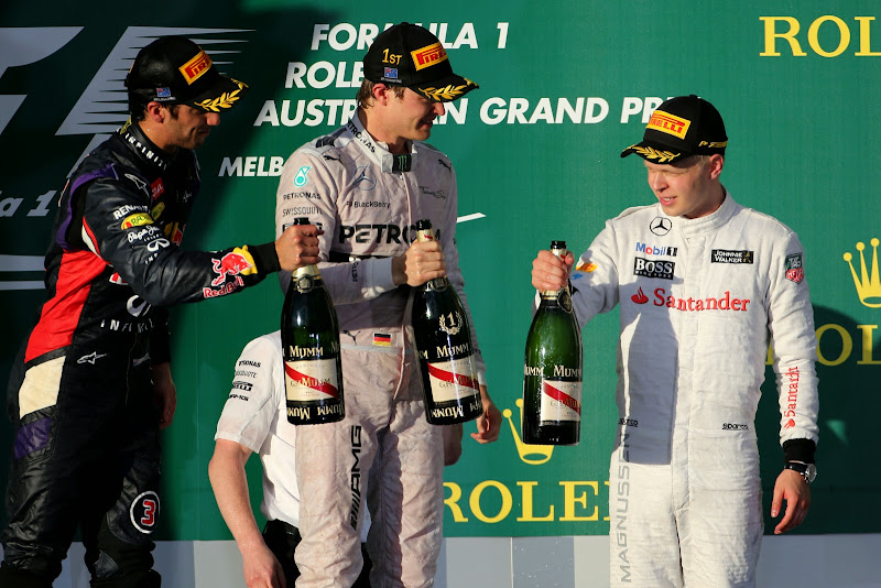 Даниэль Риккардо, Нико Росберг и Кевин Магнуссен с шампанским на подиуме Гран-при Австралии 2014