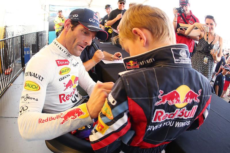 Марк Уэббер на автограф-сессии с ребенком на фестивале Top Gear в Сиднее 10 марта 2013