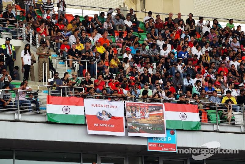 баннер болельщиков Роберта Кубицы и других пилотов на трибуне Буддха на Гран-при Индии 2013