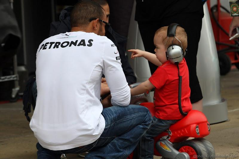 Льюис Хэмилтон и его молодой болельщик на Гран-при Испании 2013
