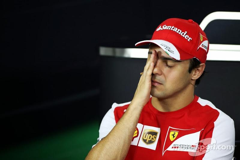 Фелипе Масса фэйспалмит на пресс-конференции в четверг на Гран-при Бразилии 2013