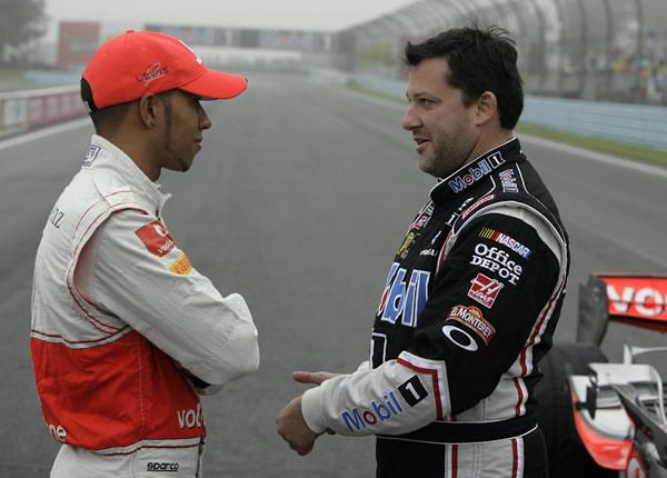 Льюис Хэмилтон и Тони Стюарт разговаривают в Уоткинс-Глене на Mobil 1 Car Swap 2011