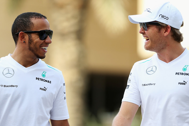 Льюис Хэмилтон и Нико Росберг смеются на Гран-при Бахрейна 2013