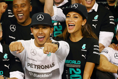 Льюис Хэмилтон в окружении Николь Шерзингер и Энтони Хэмилтона празднуют титул на Гран-при Абу-Даби 2014