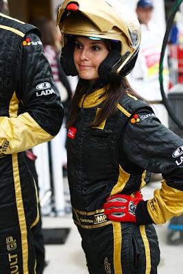 Марион Жолле в роли механика Lotus Renault на Гран-при Венгрии 2011