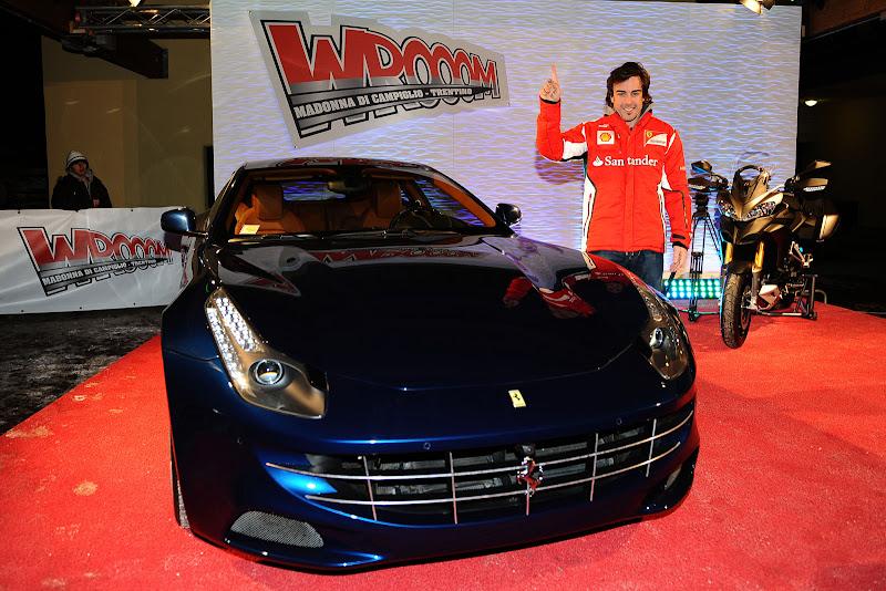 Фернандо Алонсо показывает указательный палец рядом с Ferrari и Ducati на Wrooom 2012