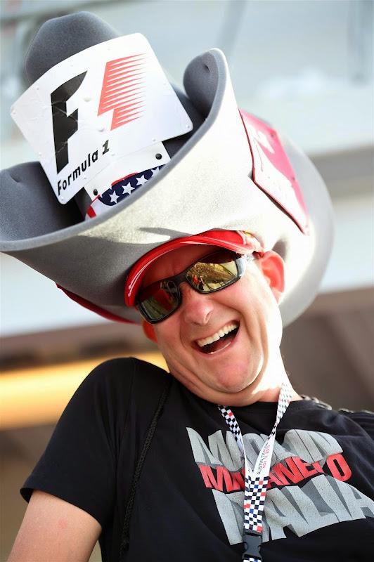 болельщик Ferrari с огромной шляпой на Гран-при США 2014