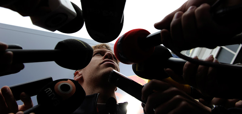 Себастьян Феттель дает интервью на предсезонных тестах 2012 в Барселоне 4 марта 2012