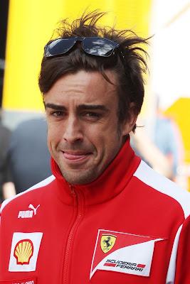 Фернандо Алонсо показывает язычок на Гран-при Германии 2012