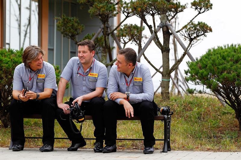 Пол Хембри с двумя другими сотрудниками Pirelli на скамейке Йонама на Гран-при Японии 2011