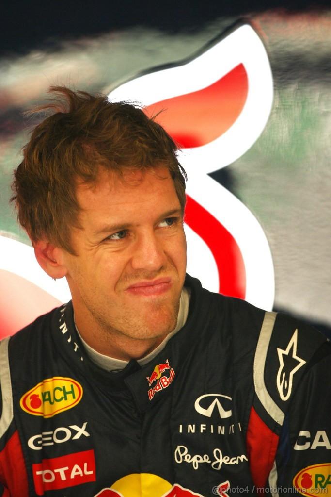 Себастьян Феттель со сморщенным лицом на Гран-при Индии 2011