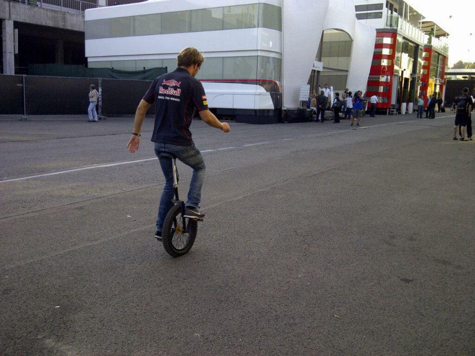 Жан-Эрик Вернь на одноколесном велосипеде в паддоке Спа на Гран-при Бельгии 2013
