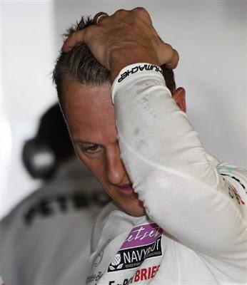 Михаэль Шумахер держится за голову на Гран-при Италии 2011