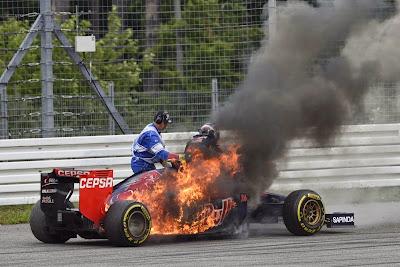 Даниил Квят вылазит из горящего Toro Rosso на Гран-при Германии 2014