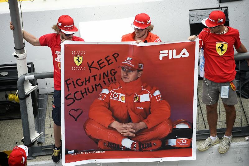 болельщики Михаэля Шумахера с баннером Keep Fighting Schumi на Гран-при Италии 2014