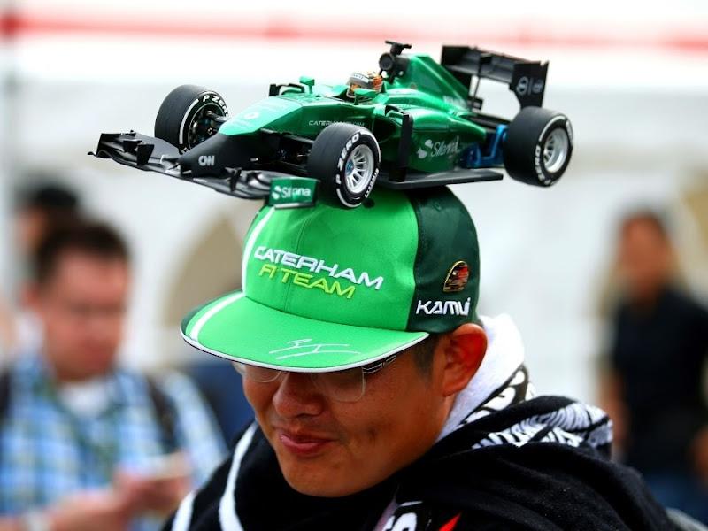 болельщик в кепке с болидом Caterham на Гран-при Японии 2014