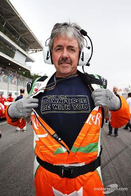 Нил Дики в футболке May the downforce be with you на стартовой решетке Гран-при Бразилии 2012