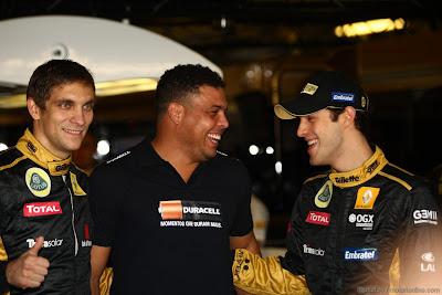 Роналдо в окружении Виталия Петрова и Бруно Сенны в боксах Lotus Renault на Гран-при Абу-Даби 2011