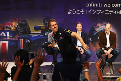 Себастьян Феттель танцует на пресс-конференции Red Bull в Йокогаме