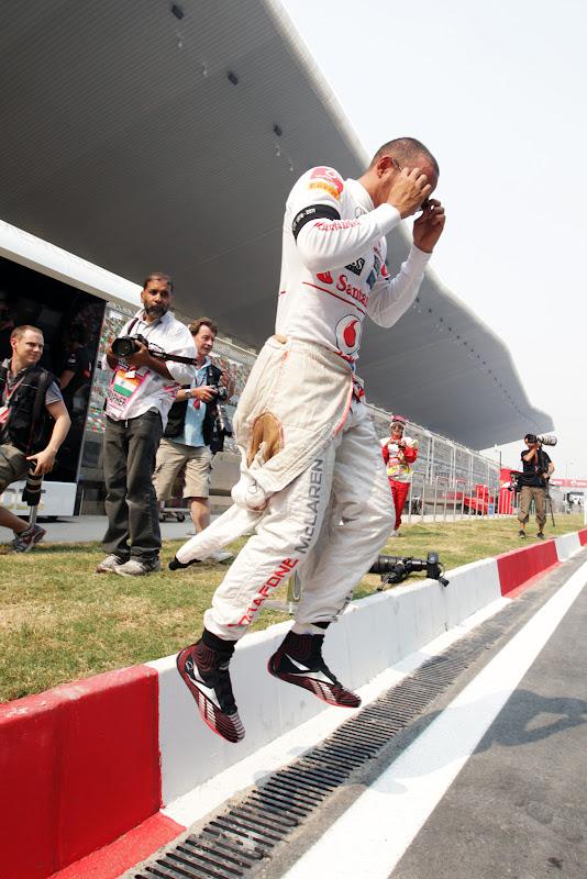 Льюис Хэмилтон парит в воздухе над пит-лейном на Гран-при Индии 2011