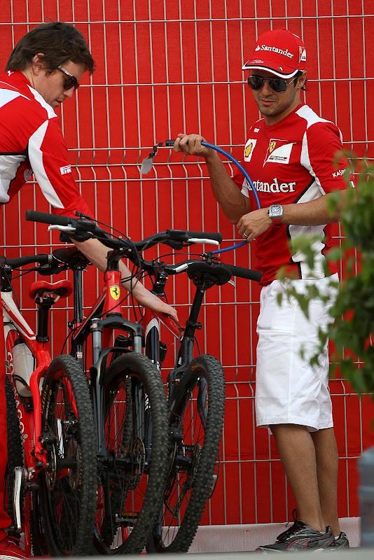Роб Смедли и Фелипе Масса прикрепляют велосипеды Ferrari замком на Гран-при Бахрейна 2012
